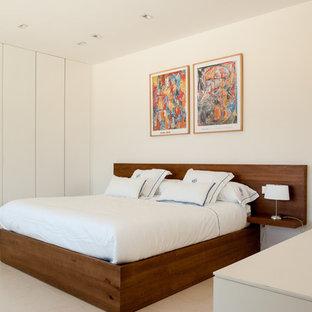 Modelo de dormitorio contemporáneo con paredes blancas y suelo beige