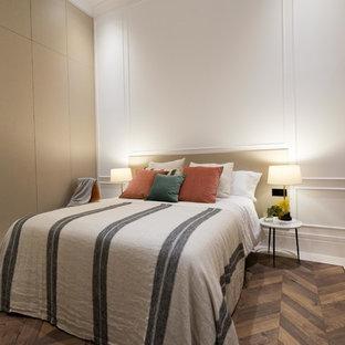 Diseño de dormitorio principal, contemporáneo, con paredes blancas y suelo de madera oscura