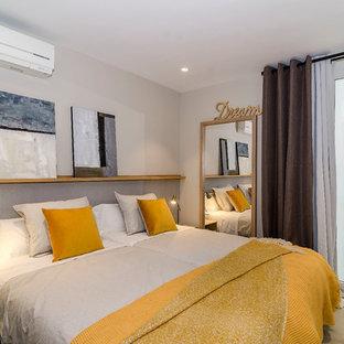 Foto de habitación de invitados costera con paredes blancas, moqueta y suelo beige