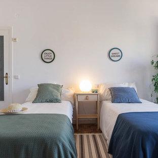 Diseño de habitación de invitados costera con paredes blancas