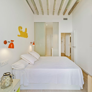 アリカンテの小さい地中海スタイルのおしゃれな主寝室 (白い壁、淡色無垢フローリング) のインテリア