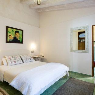 Foto de dormitorio principal, mediterráneo, con paredes blancas y suelo verde