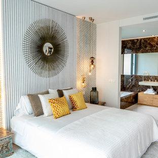 Modelo de dormitorio principal, contemporáneo, con paredes blancas y suelo blanco