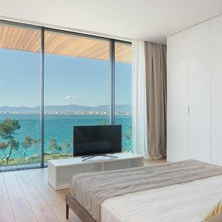 Diseño de dormitorio contemporáneo con suelo de madera en tonos medios y suelo marrón