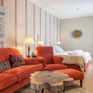 Diseño de dormitorio principal, contemporáneo, de tamaño medio, con paredes beige y suelo de baldosas de cerámica