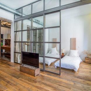 Foto di una camera matrimoniale eclettica di medie dimensioni con pareti bianche, pavimento in legno massello medio e nessun camino