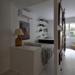 Diseño de dormitorio tipo loft, contemporáneo, pequeño, con paredes blancas, suelo de madera clara y suelo blanco