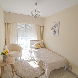 Foto de habitación de invitados contemporánea, pequeña, con paredes beige, suelo de mármol y suelo gris
