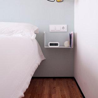 Foto de dormitorio principal, escandinavo, de tamaño medio, sin chimenea, con paredes multicolor y suelo de madera oscura