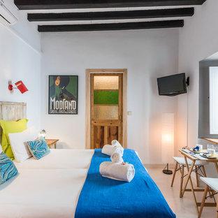 マラガの中サイズのミッドセンチュリースタイルのおしゃれなロフトタイプ寝室 (白い壁、磁器タイルの床、白い床)