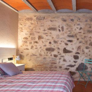 Foto di una camera matrimoniale mediterranea di medie dimensioni con pareti marroni, pavimento in terracotta e pavimento rosso