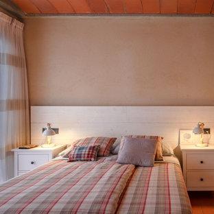 Ispirazione per una camera matrimoniale mediterranea di medie dimensioni con pareti marroni, pavimento in terracotta e pavimento rosso