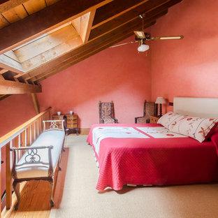 Imagen de dormitorio tipo loft, de estilo de casa de campo, de tamaño medio, sin chimenea, con paredes rosas y suelo de madera en tonos medios