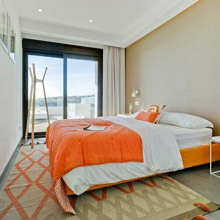 Ejemplo de habitación de invitados actual, de tamaño medio, sin chimenea, con paredes multicolor, suelo de madera en tonos medios y suelo gris
