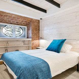 Foto de dormitorio principal, bohemio, de tamaño medio, sin chimenea, con paredes multicolor y suelo de madera clara