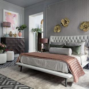 Пример оригинального дизайна: огромная хозяйская спальня в стиле фьюжн с серыми стенами и разноцветным полом