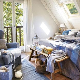 Foto de dormitorio principal, de estilo de casa de campo, de tamaño medio, sin chimenea, con paredes blancas y suelo de madera en tonos medios