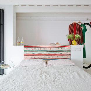 Foto de habitación de invitados contemporánea con paredes blancas, suelo blanco y suelo de madera pintada