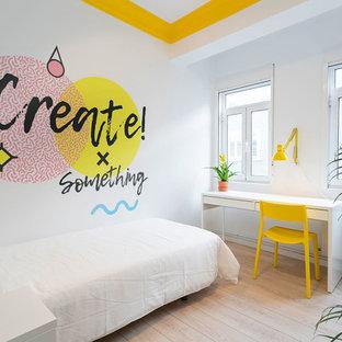 Ejemplo de dormitorio actual, pequeño, con paredes blancas, suelo de madera clara y suelo beige