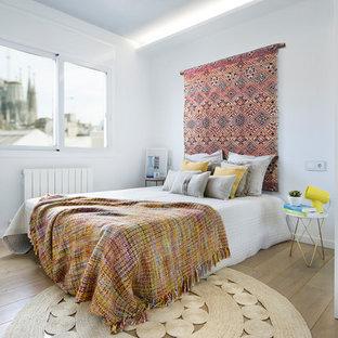 Ejemplo de dormitorio principal, contemporáneo, de tamaño medio, sin chimenea, con paredes blancas, suelo de madera en tonos medios y suelo marrón