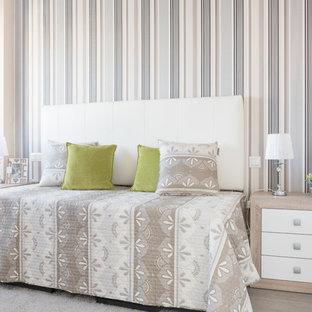 Diseño de habitación de invitados contemporánea con paredes blancas y suelo beige