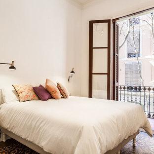 Diseño de dormitorio principal, mediterráneo, con paredes blancas y suelo multicolor