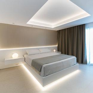 Стильный дизайн: большая хозяйская спальня в стиле модернизм с полом из керамогранита и бежевым полом - последний тренд
