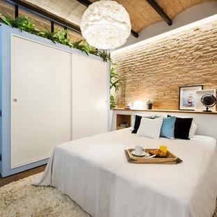 Imagen de dormitorio principal, marinero, de tamaño medio, con paredes multicolor