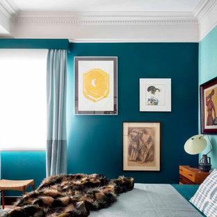 Ejemplo de dormitorio bohemio, sin chimenea, con paredes azules