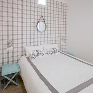 Foto de dormitorio nórdico, sin chimenea, con paredes multicolor y suelo de madera clara