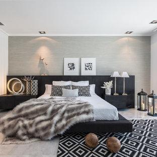 Cette photo montre une grande chambre parentale tendance avec un mur gris, un sol en marbre et aucune cheminée.