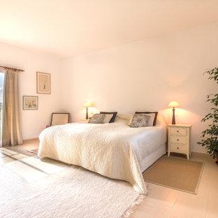 Idées déco pour une très grande chambre parentale campagne avec un mur blanc, un sol en carrelage de porcelaine et un sol beige.