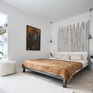 Bild på ett mellanstort medelhavsstil huvudsovrum, med vita väggar och travertin golv