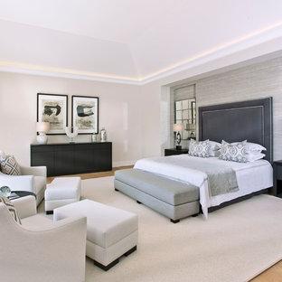 Foto de dormitorio principal, contemporáneo, extra grande, con paredes beige, suelo de madera en tonos medios, suelo marrón y estufa de leña