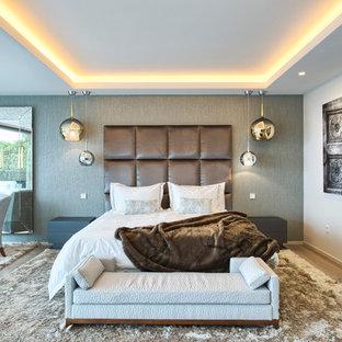 Imagen de dormitorio principal, actual, con paredes blancas, suelo de madera en tonos medios y suelo beige