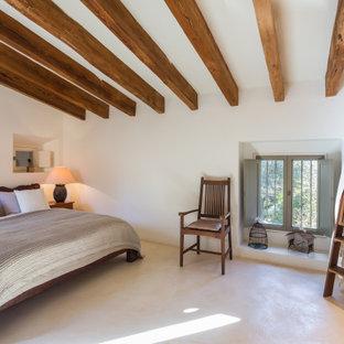 Diseño de dormitorio mediterráneo con paredes blancas y suelo beige