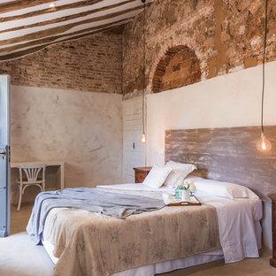 Imagen de dormitorio mediterráneo con paredes beige, suelo de cemento y suelo gris