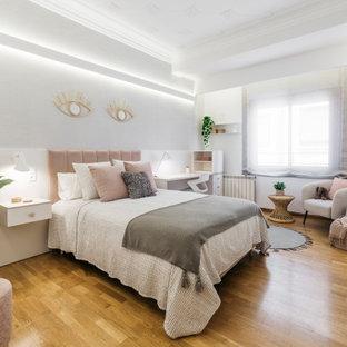 Ejemplo de dormitorio papel pintado, actual, papel pintado, con paredes grises, suelo de madera en tonos medios, suelo marrón y papel pintado