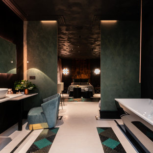 Идея дизайна: огромная хозяйская спальня в стиле фьюжн с разноцветными стенами, полом из известняка, стандартным камином и белым полом