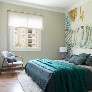 Imagen de dormitorio principal, actual, de tamaño medio, con suelo de madera en tonos medios, suelo marrón y paredes grises