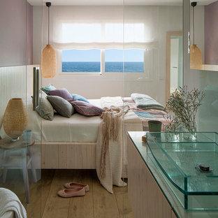 Idéer för att renovera ett mellanstort maritimt huvudsovrum, med lila väggar och mellanmörkt trägolv