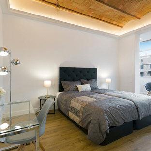 Foto de dormitorio principal, clásico renovado, grande, sin chimenea, con paredes blancas y suelo de madera en tonos medios