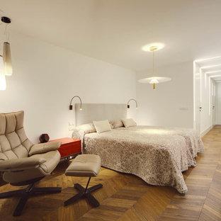 Diseño de dormitorio principal, actual, con paredes blancas y suelo de madera oscura