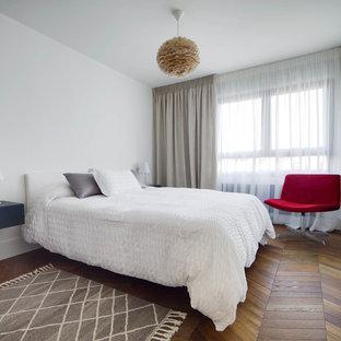 Diseño de dormitorio principal, contemporáneo, con paredes blancas
