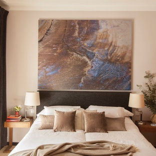 Inspiration for a mid-sized transitional guest terra-cotta floor bedroom remodel in Madrid with gray walls