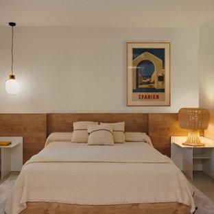 Diseño de dormitorio tipo loft, contemporáneo, de tamaño medio, con paredes blancas, suelo de cemento y suelo gris