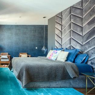 Modelo de dormitorio principal, ecléctico, con paredes multicolor, suelo de madera en tonos medios y suelo marrón