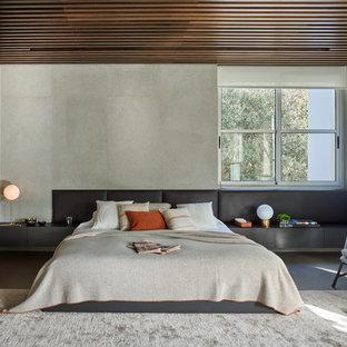 Ejemplo de dormitorio principal, contemporáneo, con paredes grises