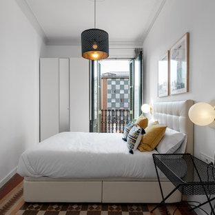 Imagen de dormitorio principal, actual, de tamaño medio, con paredes grises, suelo de baldosas de cerámica y suelo multicolor