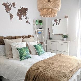 Ejemplo de habitación de invitados nórdica, de tamaño medio, sin chimenea, con paredes blancas, suelo de baldosas de porcelana y suelo marrón